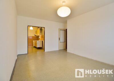 Průhled z obývacího pokoje do kuchyňského koutu - byt 3+kk/L, ul. Křejpského, Praha 4 - Chodov